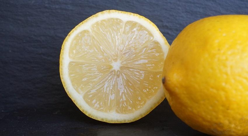 Un limone tagliato a metà - Come potare i limoni: trucchi e consigli